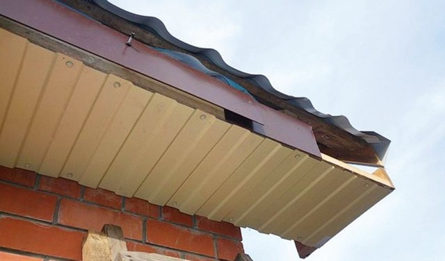 Подшивка карниза крыши своими руками, как и каким материалом обшить