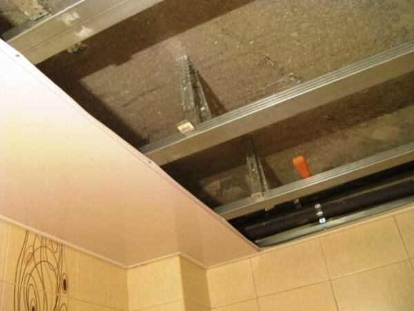 Потолок из пластиковых панелей: как сделать - устройство, монтаж профиля, сборка обрешетки, видео