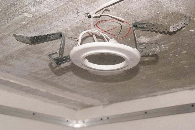 Монтаж светильников в подвесные потолки: подключение по схеме своими руками, как вставить лампочку на профиле, видео, с подсветкой