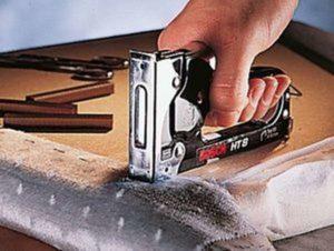 Как вставить скобы в степлер, как заправить скобами для бумаги степлер канцелярский, как пользоваться