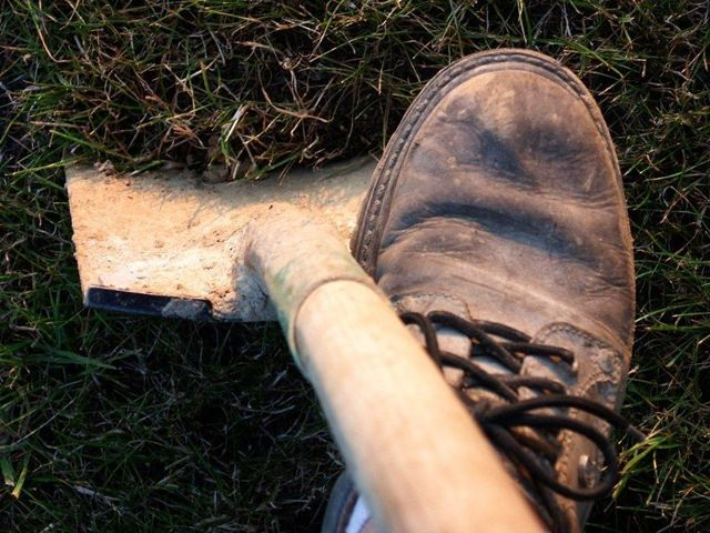 Как выкопать траншею под фундамент своими руками