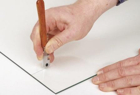 Виды стеклорезов: алмазный, роликовый, масляный и для окружностей