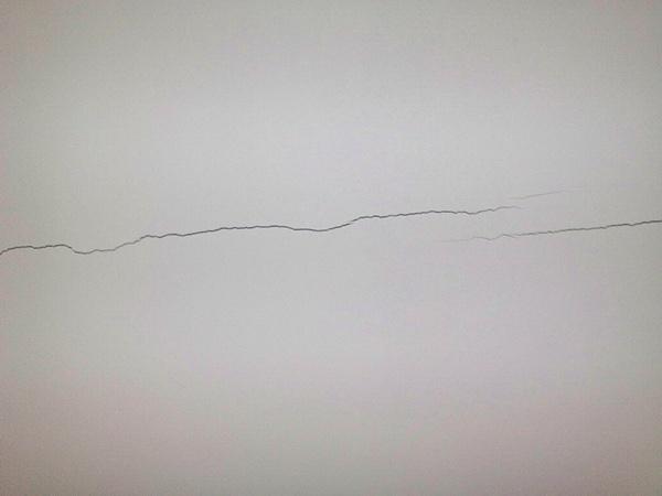 Способы устранения трещин на потолке из гипсокартона - причины возникновения