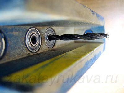 Самоцентрирующийся кондуктор для сверления отверстий под прямым углом и перпендикулярного скрепления мебельных щитов шкантами, как пользоваться ограничителем и втулками в приспособлении, чтобы сверло